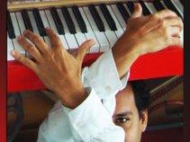 Frederic LA VERDE & The Piano Rouge