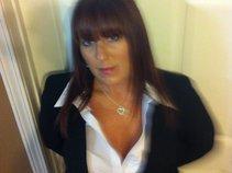 Deanna Dorris (Dee)